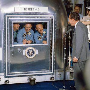 Nixon saludando a la expedicion Apolo 11 en su cuarentera
