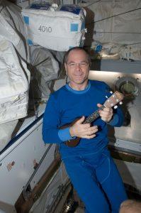 Kevin Ford tocando el ukelele en la Estacion Espacial Internacional