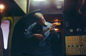 Neil Amstrong tocando el ukelele en el Apolo 11